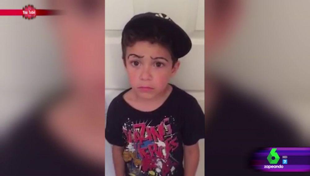 Un niño que se afeita las cejas