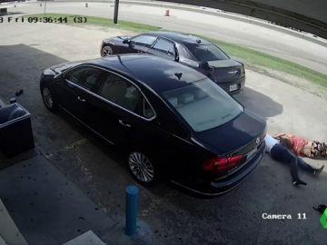 Arrastran, golpean y atropellan a una mujer en Texas para robarle 75.000 dólares