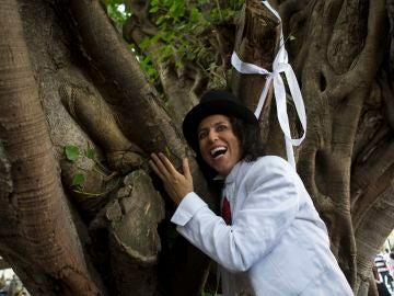"""El actor peruano Richard Torres celebra su """"matrimonio"""" con un árbol"""