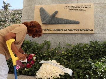 Familiares y allegados depositan ofrendas florales en homenaje a las víctimas de Spanair