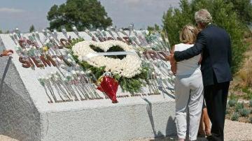 """Familiares de las víctimas del accidente del vuelo JK5022 de Spanair ante el monumento con la inscripción """"En algún lugar... siempre en nuestros corazones"""