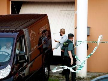 Efectivos policiales junto a la vivienda de la víctima