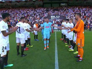 El Valencia realiza el pasillo al Atlético de Madrid