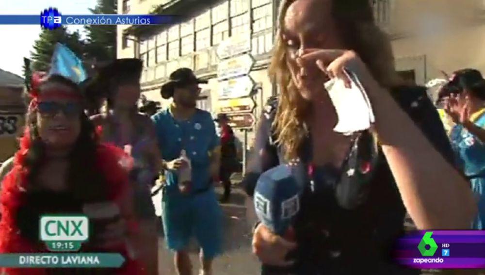 Le echan vino en el ojo a la reportera
