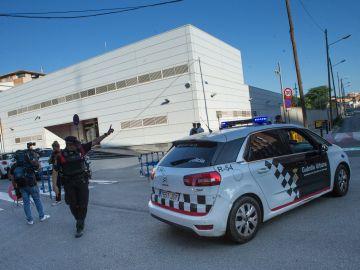 Efectivos policiales ante la fachada de la comisaría de Cornellà de Llobregat