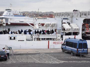 Varios migrantes permanecen a bordo del buque de los guardacostas Diciotti