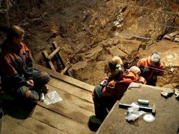 Arqueólogos trabajando en la cueva de Denisova
