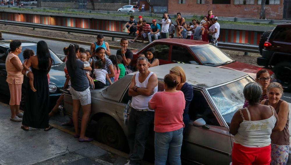 Un grupo de personas permanece en la calle después de que se registrara un sismo