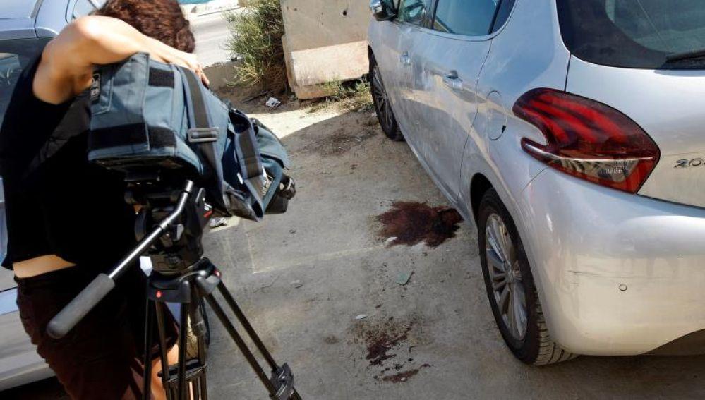 Un cámara de televisión graba el lugar donde ha tenido lugar el homicidio
