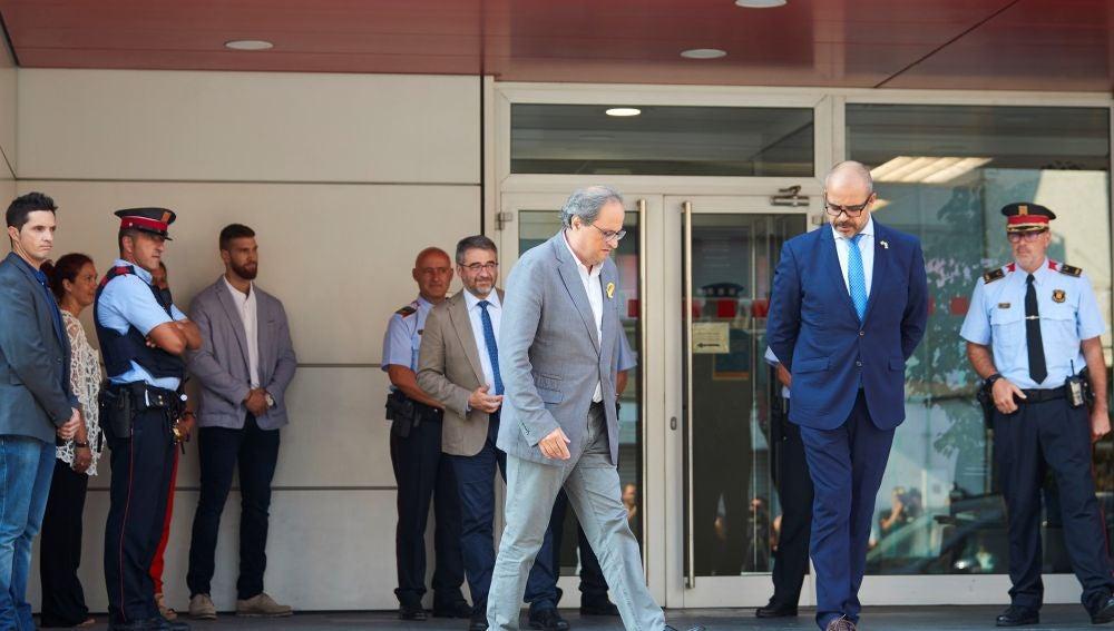 El presidente de la Generalitat, Quim Torra y el conseller de Interior Miquel Buch acompañados de mandos policiales salen de la comisaria de los Mossos d'Esquadra en Cornellà