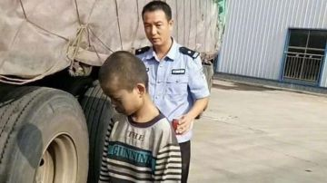 Imagen del niño tras ser descubierto en su huida oculto en un camión