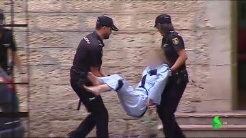 Vestida en pijama, negándose a andar y sin prestar declaración: el espectáculo de la mujer acusada de matar a su marido en los juzgados de Alicante