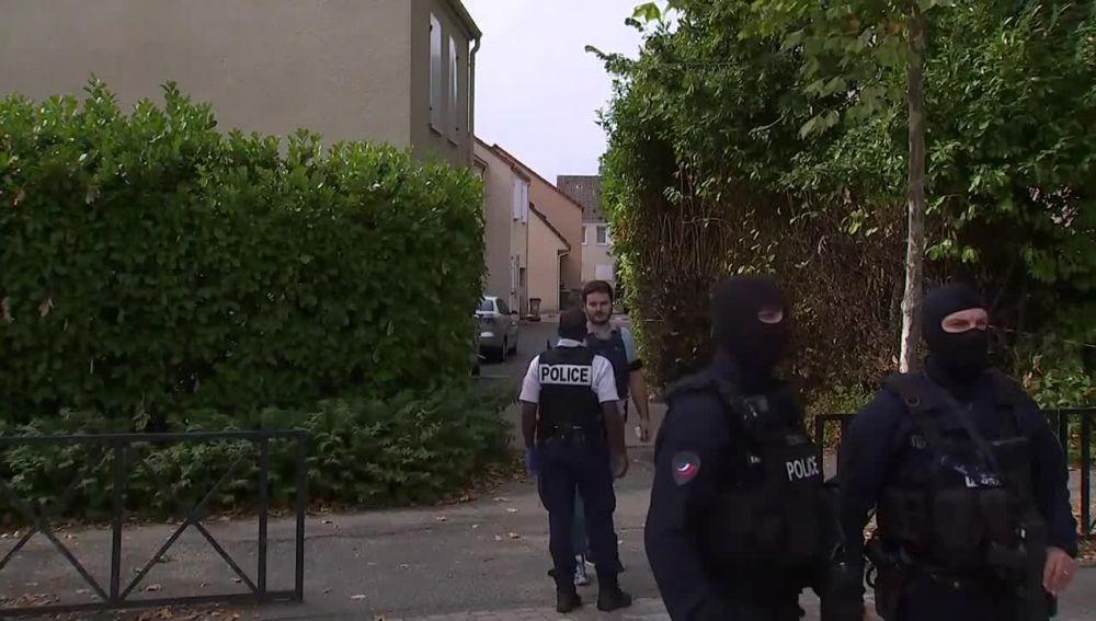 Agentes de Policía en el lugar del apuñalamiento en París