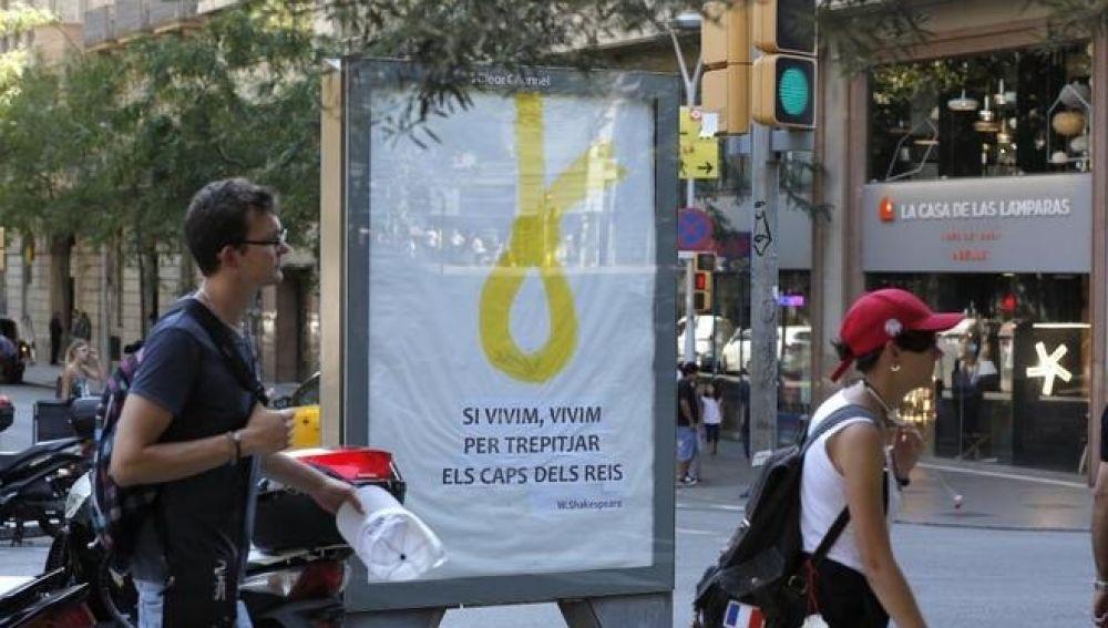 Soga amarilla en una marquesina de Barcelona