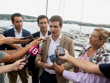 El presidente del PP, Pablo Casado, junto al presidente del partido en Baleares, Biel Company, y la presidenta del PP de Menorca, Misericordia Sugrañes, atiende a los medios de comunicación