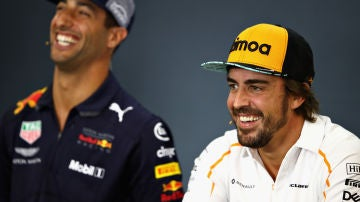 Fernando Alonso, junto a Ricciardo en sala de prensa