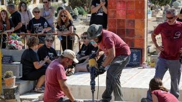 Trabajos de exhumación de la fosa 112 de Paterna