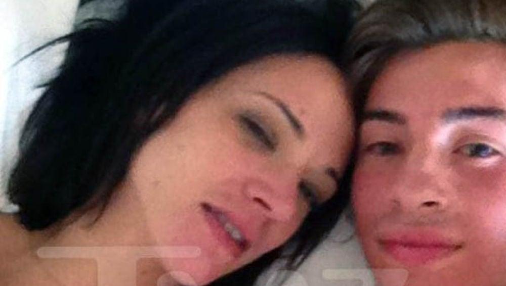 Asia Argento y Jimmy Bennett posan juntos en el hotel donde se habrían producido los abusos