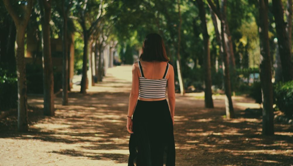 Una chica pasea en un parque