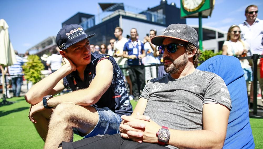 Fernando Alonso charla con Max Verstappen