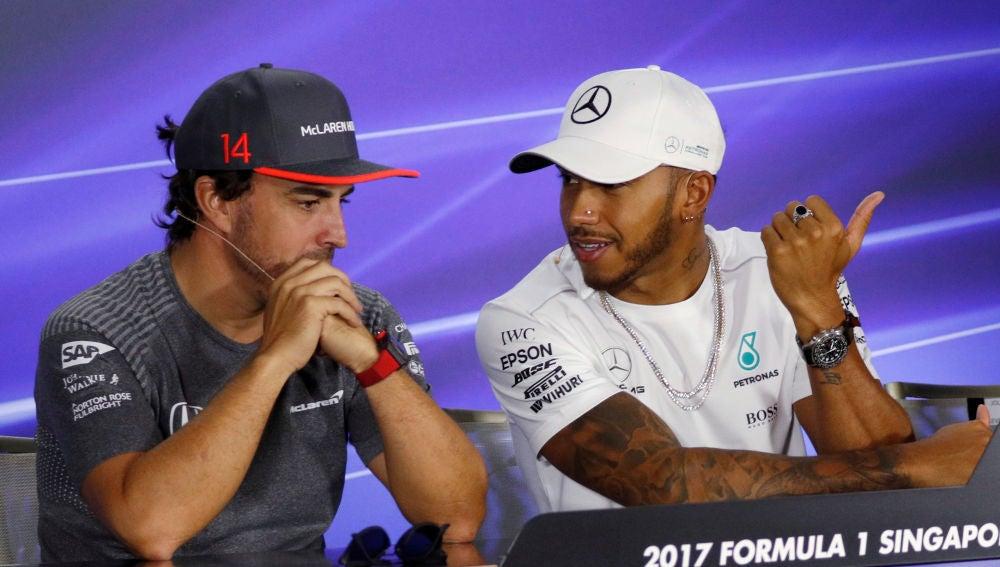Hamilton dialoga con Fernando Alonso