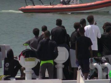 Imagen del barco con 150 migrantes a bordo en Catania