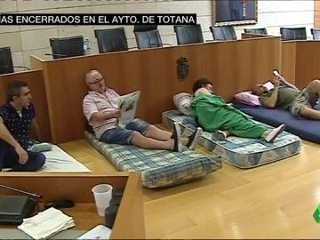 Imagen de los vecinos de Totana encerrados en el Ayuntamiento