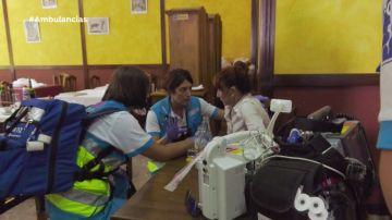La paciente con el equipo de Ambulancias