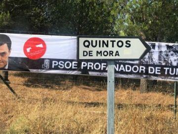 """Imagen de la pancarta que han colocado donde se lee: """"PSOE profanador de tumbas"""""""