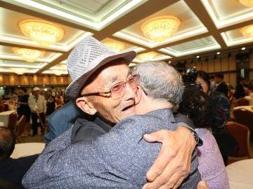 El norcoreano Kim In-yeong, de 86 años, abraza a su hermano pequeño, el surcoreano Mok Won-sun, de 85.