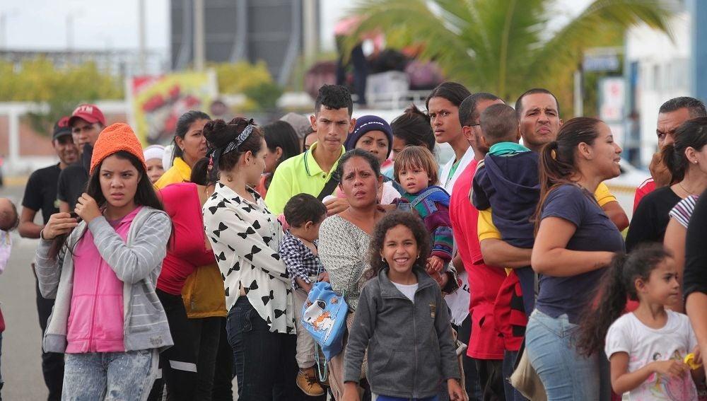 Cientos de migrantes venezolanos llegan desde Ecuador al Centro binacional de atención fronteriza en la región norteña de Tumbes, Perú