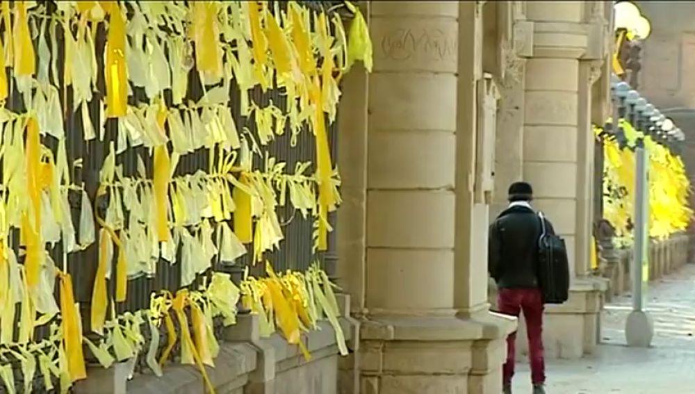 Imagen de lazos amarillos en Cataluña