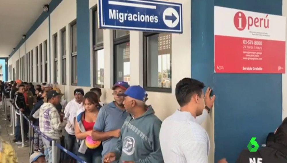 Migrantes haciendo cola para entrar en Perú