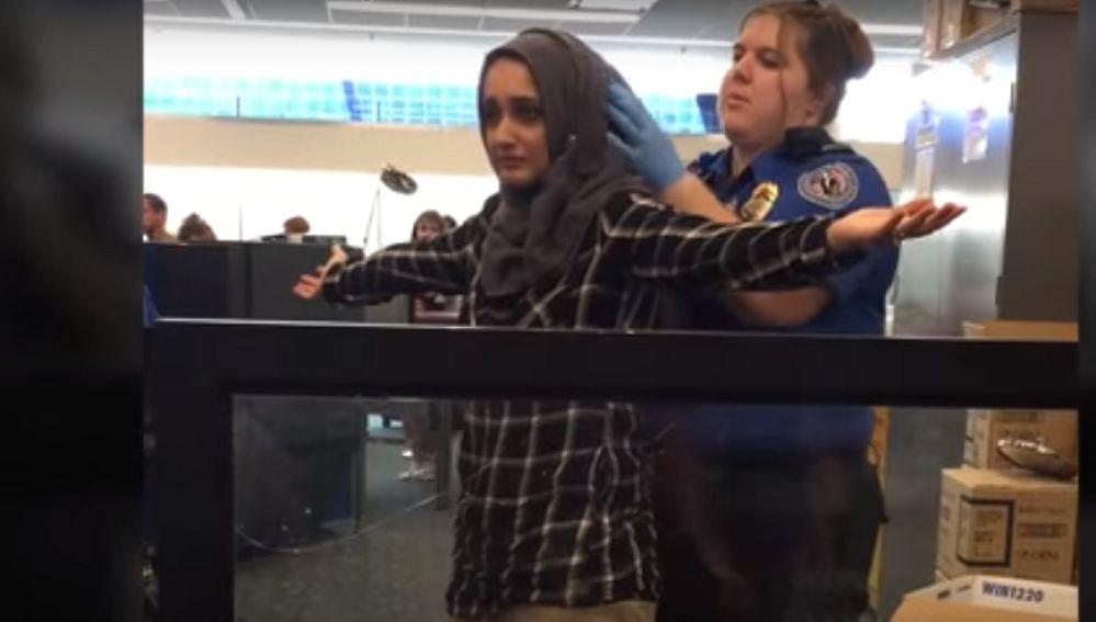 Una agente cachea a Zainab Merchant