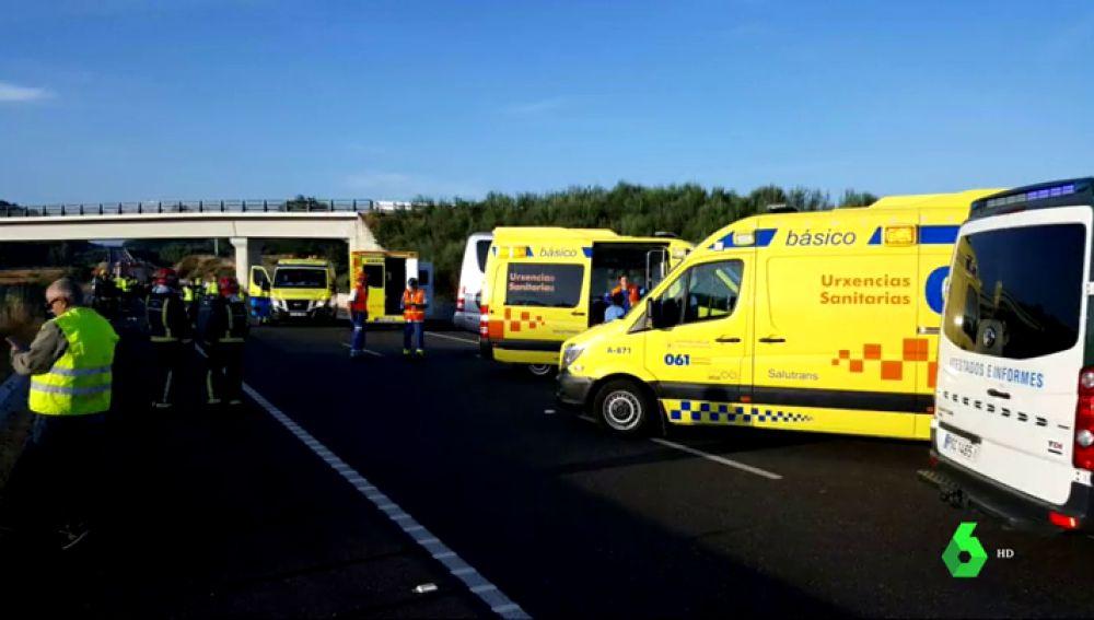 BORRADOR Un fallecido y 17 personas heridas en un accidente entre un microbús y un turismo