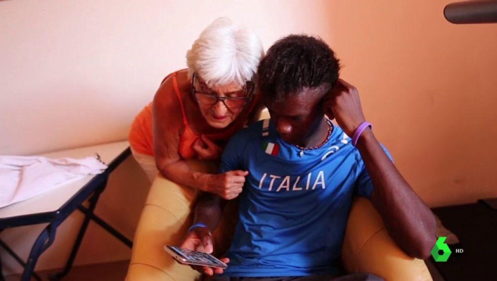Bárbara y Diarra mirando el teléfono móvil