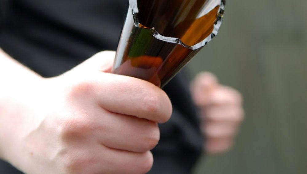 Imagen de archivo de un hombre con una botella rota