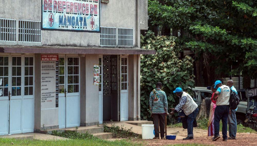 Trabajadores de una clínica se lavan las manos para evitar el contagio del ébola