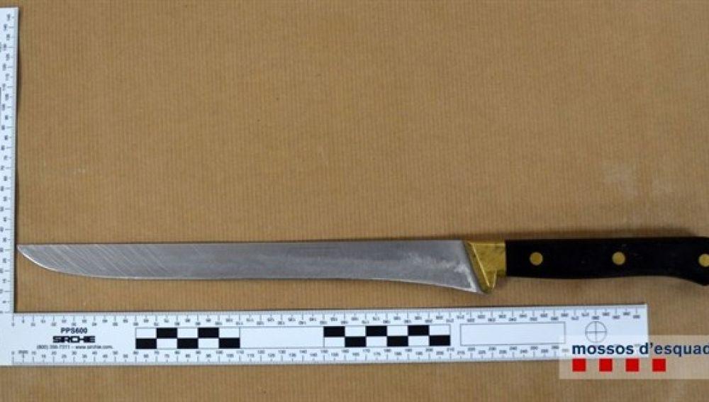 En la imagen el cuchillo con el que el detenido intentó atracar el supermercado en Blanes