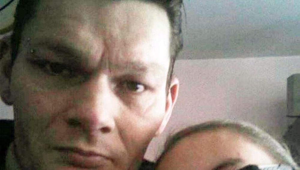 Presos toman represalias contra padre que torturó a su hijo en Inglaterra