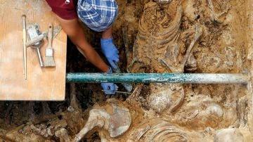 Una arqueóloga durante los trabajos de excavación en la fosa común 112 del cementerio de Paterna