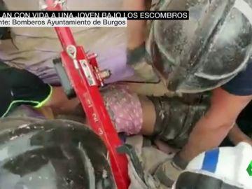 El agónico rescate a una joven que quedó atrapada bajo los escombros tras una explosión de gas en Burgos