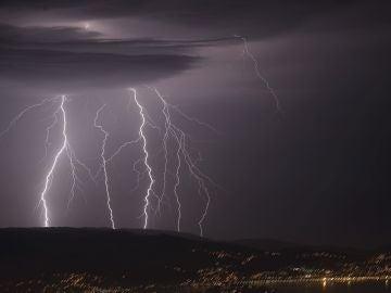 En la foto, tormenta eléctrica vista desde el monte Cepudo en Vigo y la Playa de Domaio.