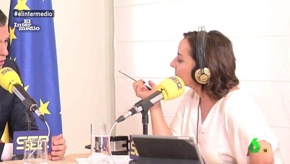 Pepa bueno en durante una entrevista a Pedro Sánchez