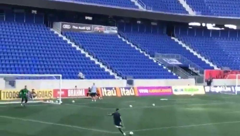 El golazo de Neymar en un entrenamiento con celebración 'a lo Cristiano'