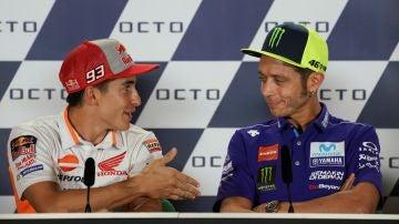 Marc Márquez intenta darle la mano a Rossi y el italiano se niega