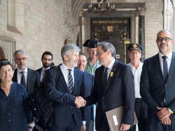 El presidente de la Generalitat,Quim Torra (2d), junto al conseller de Interior Miquel Buch (d) saluda al ministro de Interior, Fernando Grande-Marlaska