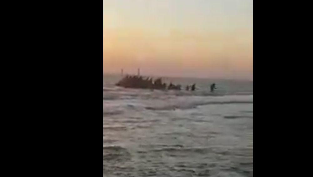 Imagen de la patera que ha llegado a Cádiz