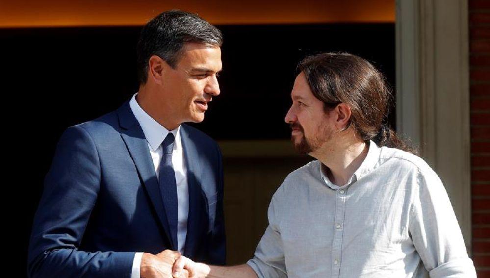 El presidente del Gobierno, Pedro Sánchez, recibe al secretario general de Podemos, Pablo Iglesias