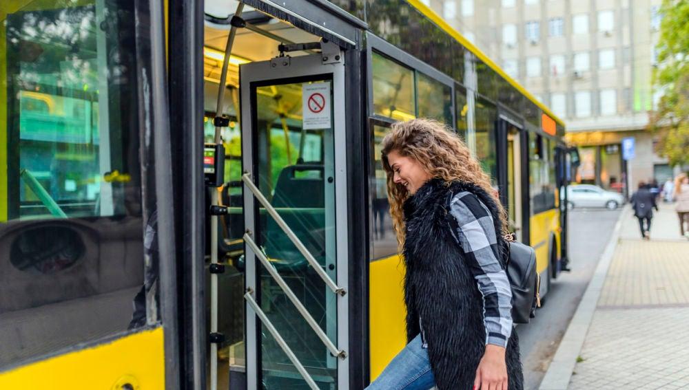Chica sube a un autobús